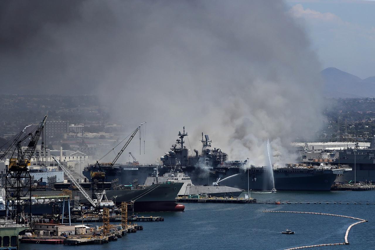 ทีมดับเพลิงเมืองซานดิเอโก ระดมใช้เรือฉีดน้ำควบคุมเพลิงเปลวไฟลุกไหม้เรือรบ ยูเอสเอส บอนฮอมม์ ริชาร์ด
