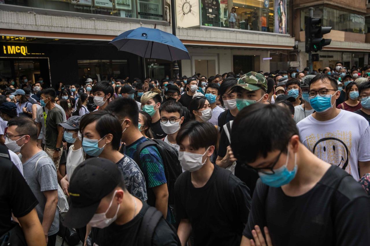 ชาวฮ่องกงออกมาชุมนุมต่อต้านกฎหมายความมั่นใหม่ในฮ่องกงและเนื่องในครบรอบวาระ 23 ปี อังกฤษคืนเกาะฮ่องกงให้แก่จีน