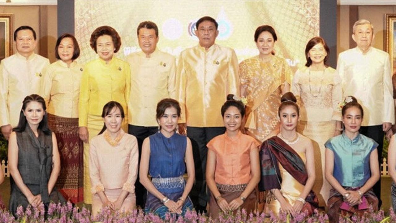 """ตกลง สุทธิพงษ์ จุลเจริญ, ดร.วันดี กุญชรยาคง จุลเจริญ และ พล.ต.อ.อัศวิน ขวัญเมือง ร่วม ลงนามบันทึกข้อตกลงความร่วมมือโครงการ """"สืบสาน อนุรักษ์ศิลป์ผ้าถิ่นไทย ดำรงไว้ในแผ่นดิน"""" เพื่อรณรงค์สวมใส่ผ้าไหมเสริมสร้างรายได้ให้ชุมชนท้องถิ่น ที่ศาลาว่าการ กทม. วันก่อน."""
