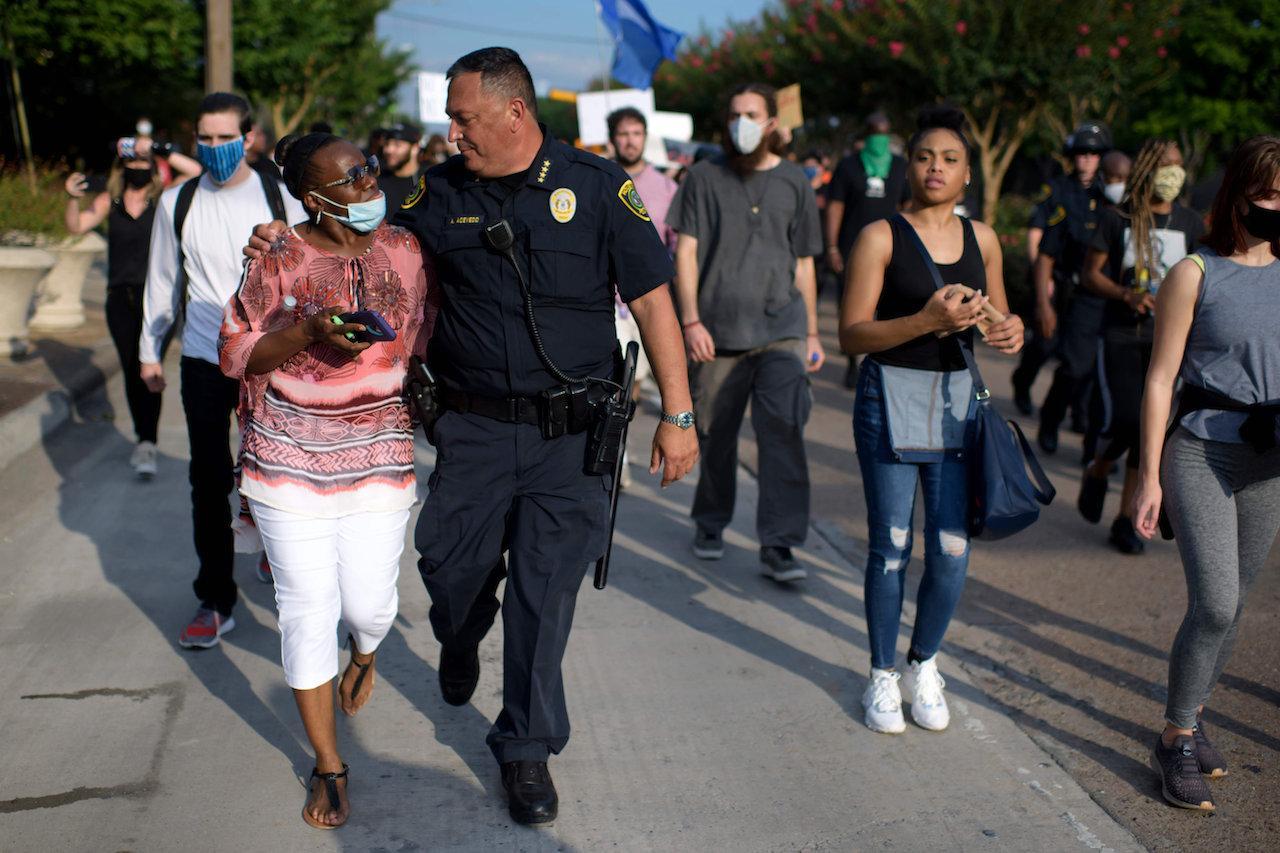 อาร์ต อาเซเบโด หัวหน้าตำรวจเมืองฮูสตัน ร่วมเดินขบวนกับผู้ชุมนุม