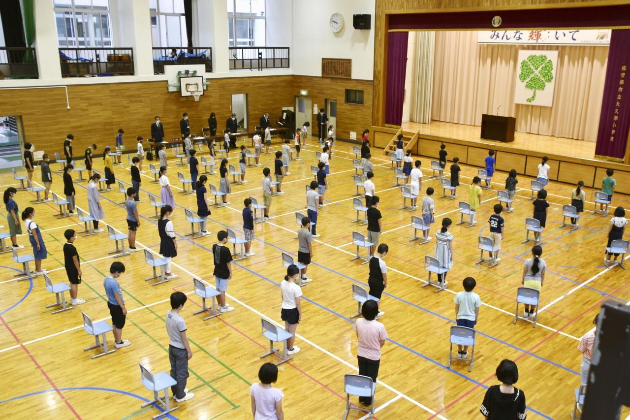 นักเรียนที่โรงเรียนประถมศึกษา ในเมืองซาเซโบะ จังหวัดนางาซากิ กลับมาเรียนหนังสืออีกครั้ง หลังรัฐบาลญี่ปุ่นคลายล็อกคุมโควิด -19 สั่งเปิดโรงเรียนเมื่อ 1 มิ.ย.ที่ผ่านมา