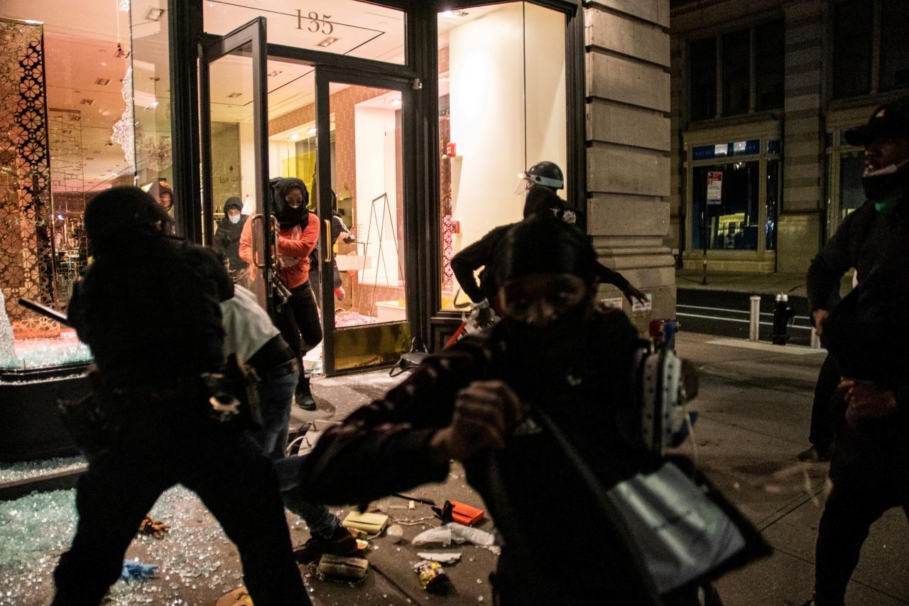 ม็อบบุกปล้นสินค้าในร้านหรู ในนครนิวยอร์ก เมื่อคืนวันที่ 31 พ.ค.63