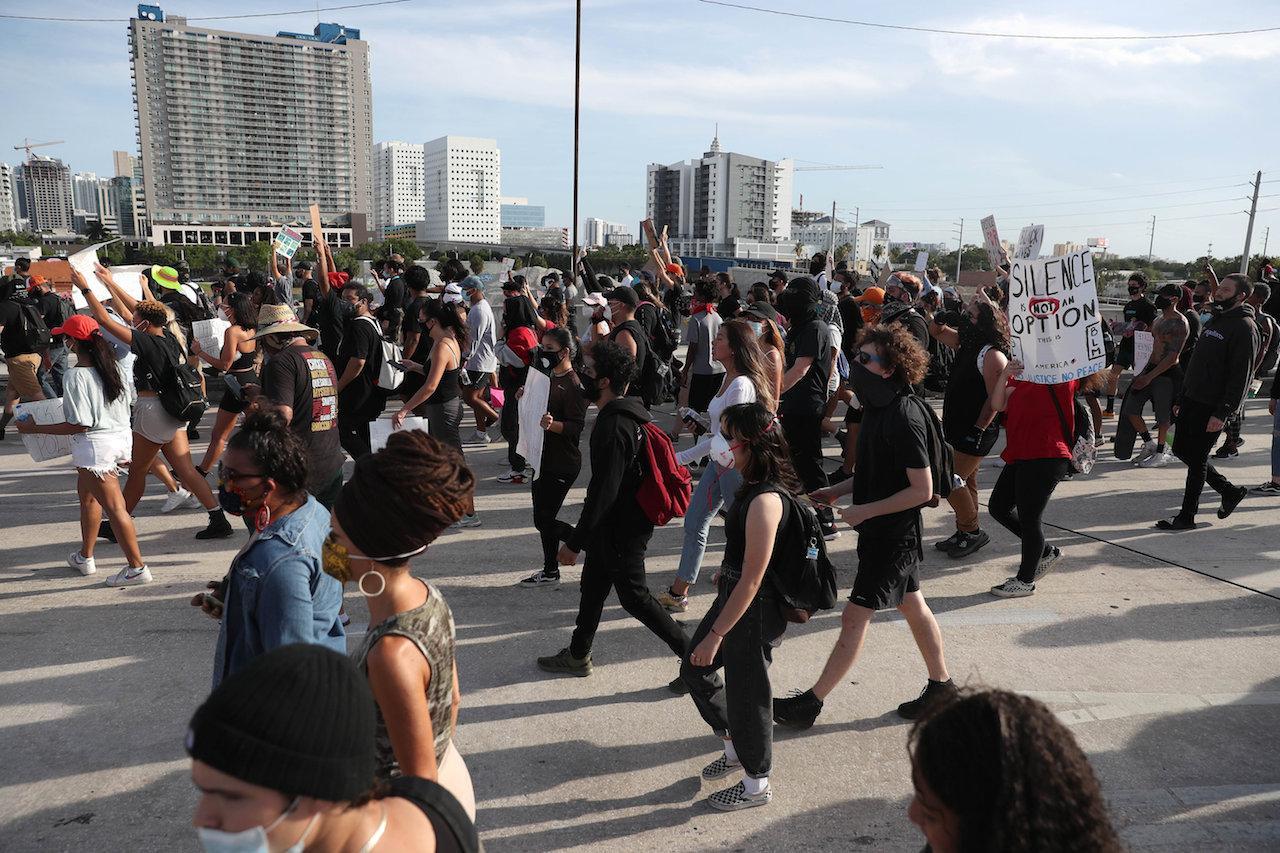 ชาวเมืองไมอามี รัฐฟลอริดา ปิดถนนเดินขบวนต่อต้านการใช้ความรุนแรงของตำรวจ