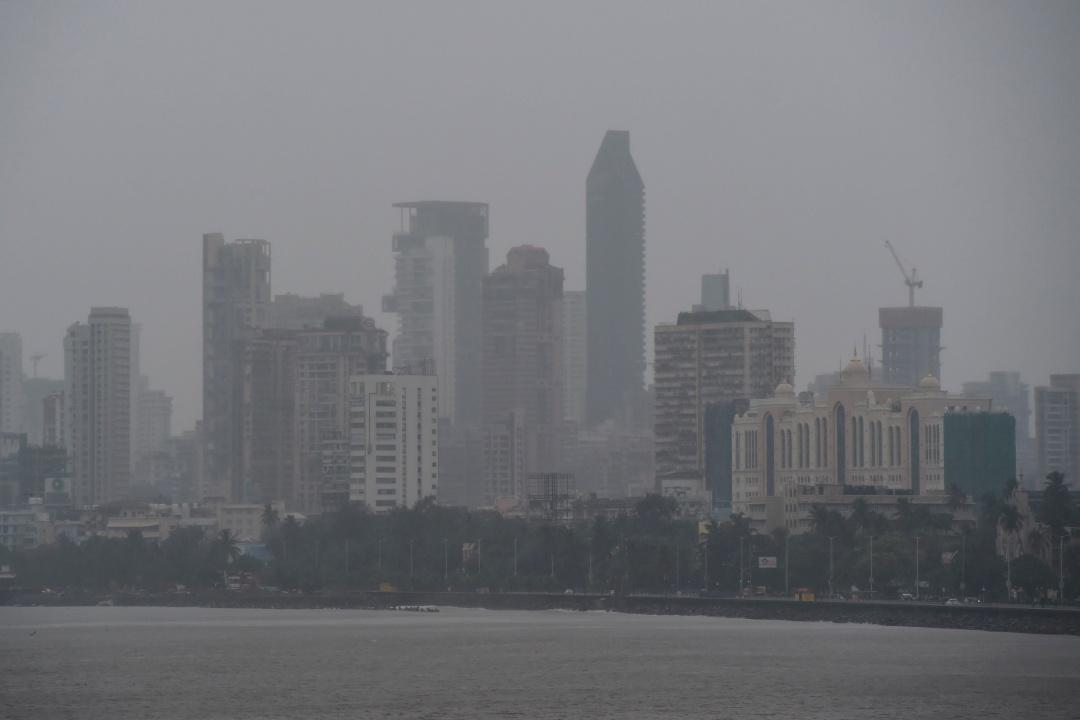 ท้องฟ้าในเมืองมุมไบมืดครึ้มด้วยเมฆฝนเมื่อ 3 มิ.ย.63 ขณะพายุไซโคลน นิซาร์กา กำลังเคลื่อนตัวมุ่งหน้าขึ้นฝั่งที่เมืองมุมไบ