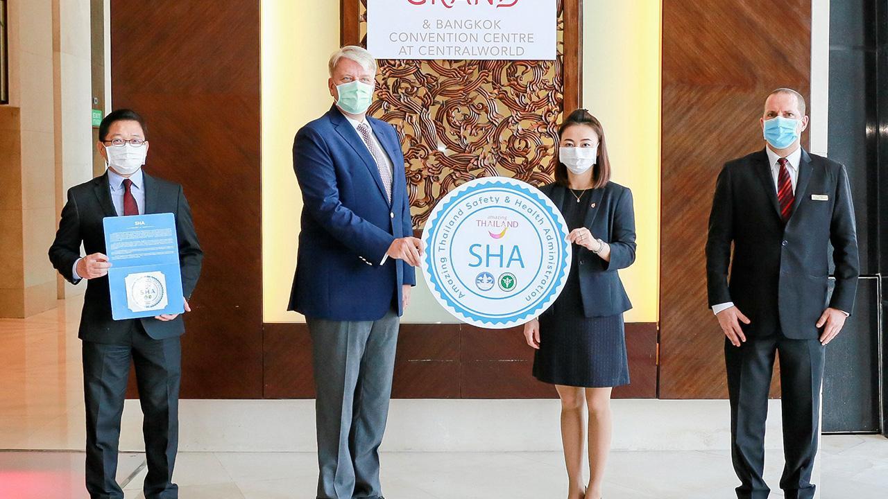 ถูกสุขอนามัย โรเบิร์ต เมาเรอร์ เลิฟเลอร์ เป็นตัวแทนรับรางวัลโรงแรมผ่านการรับรองมาตรฐาน ความปลอดภัยด้านสุขอนามัย SHA จากการท่องเที่ยวแห่งประเทศไทย โดยมี เฟอรี่ ทาโยโน และ กาญจนา เรืองสิริวิชญกุล มาร่วมงานด้วย ที่โรงแรมเซ็นทาราแกรนด์ เซ็นทรัลเวิลด์ วันก่อน.