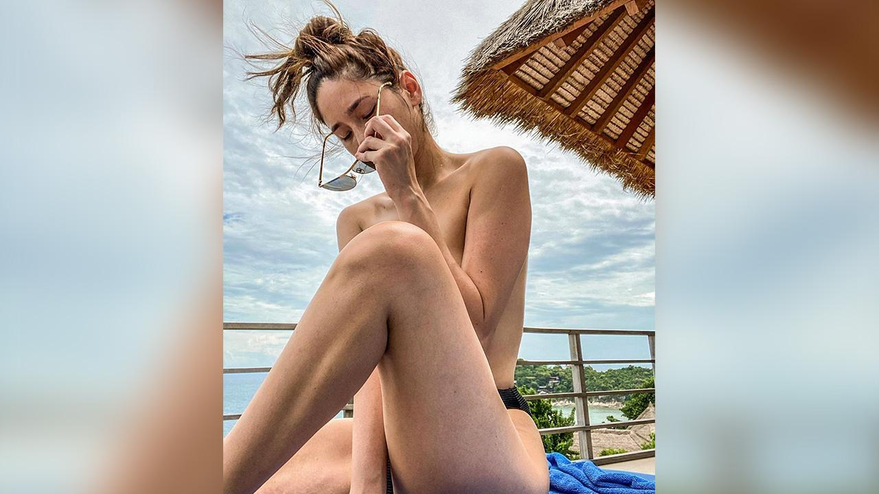 ไปเที่ยวทะเลที่เกาะเต่าคราวนี้ สาวแซ่บ จิ๊บ–ปกฉัตร ทำฮือฮาโพสต์ภาพท็อปเรต (เปลือยท่อนบน) โชว์ทั้งด้านหน้า ด้านหลัง!...อ้อ ใครที่เป็นห่วงแฟนหวง ไม่ต้อง เพราะก็ไปด้วยกันนั่นแหละ.