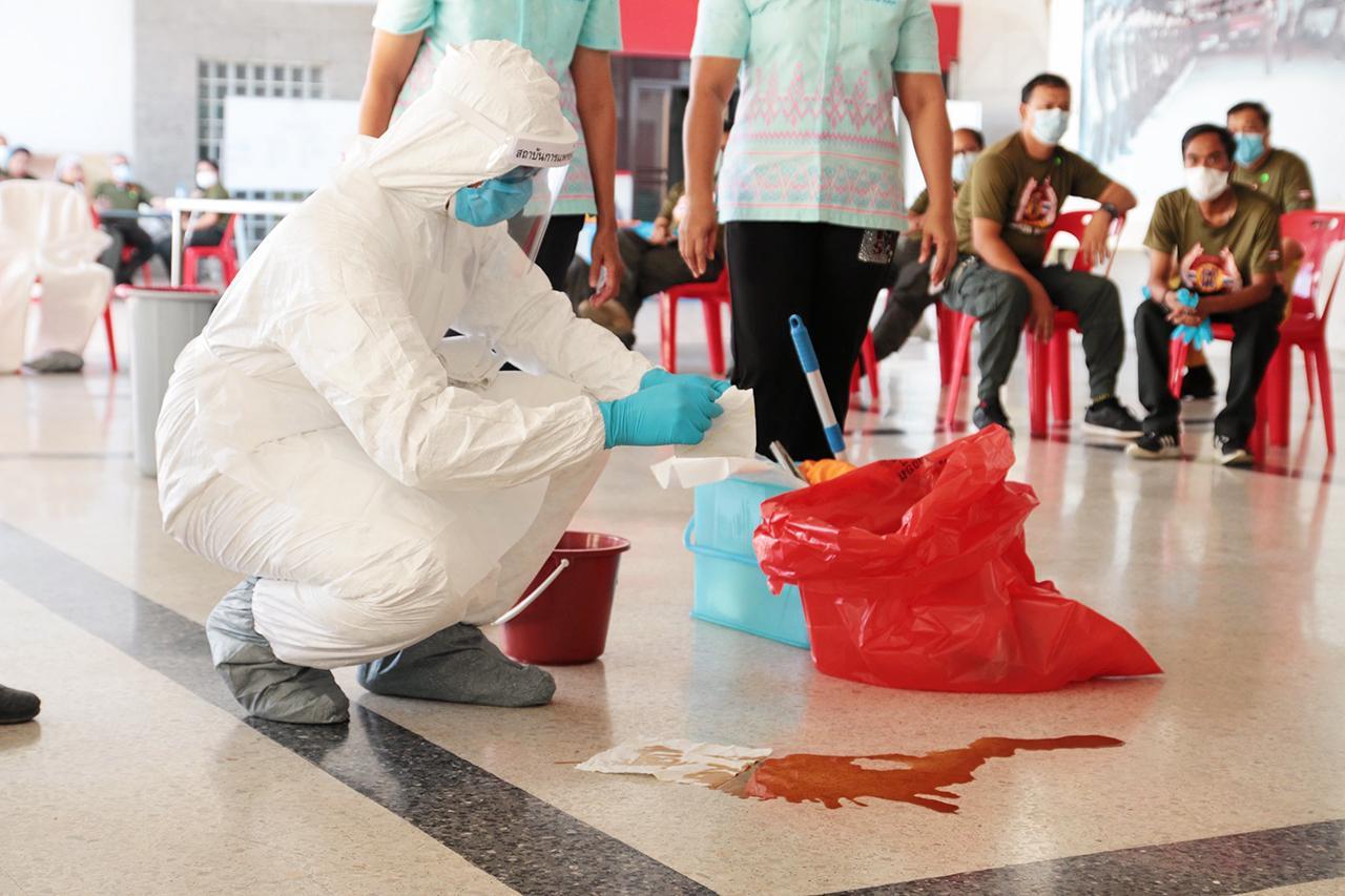 """เจ้าหน้าที่มูลนิธิฯ เรียนรู้วิธีทำความสะอาดคราบเลือดจากผู้ป่วยหรือผู้เสียชีวิตที่อยู่ในสภาวะเสี่ยงติดเชื้อไวรัส """"โควิด-19""""."""