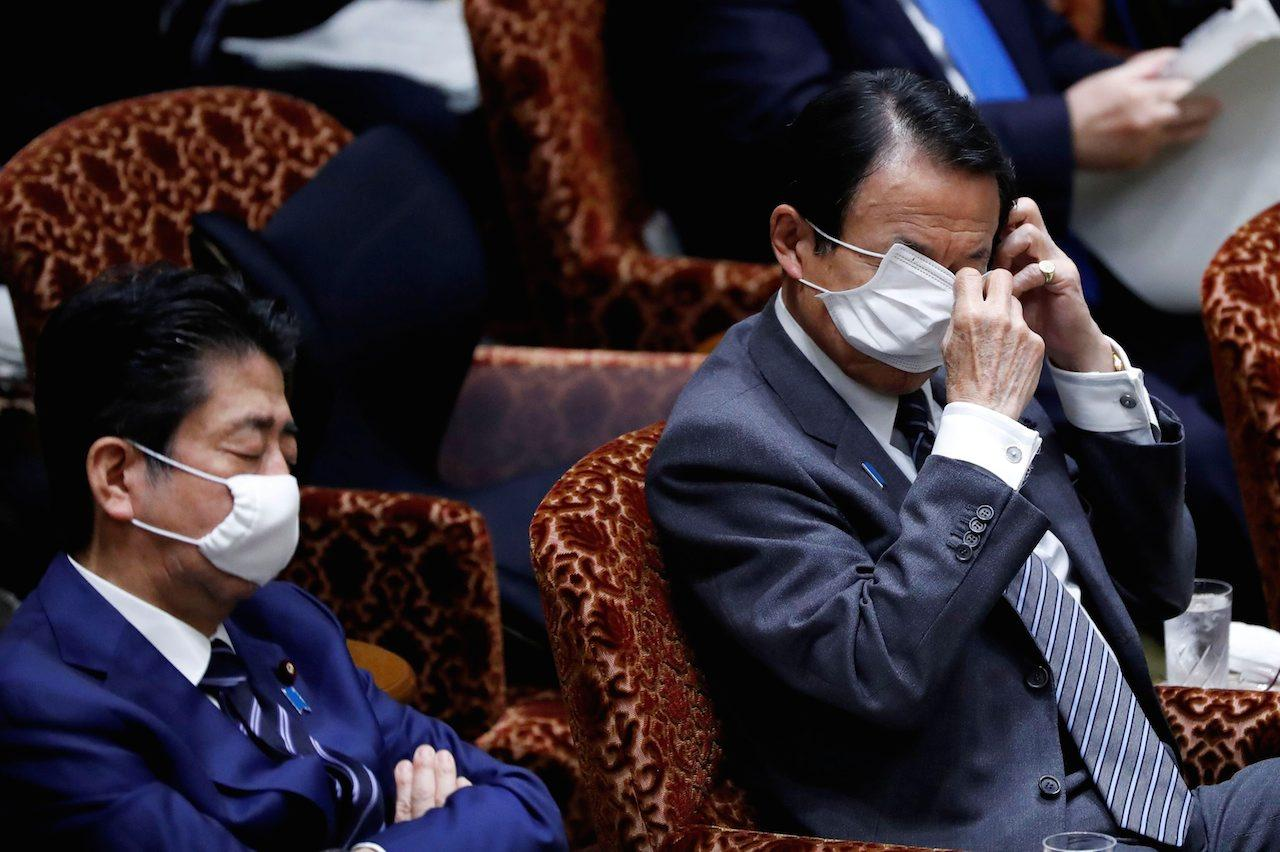 รัฐมนตรีญี่ปุ่นสวมหน้ากากอนามัยระหว่างร่วมประชุมสภา