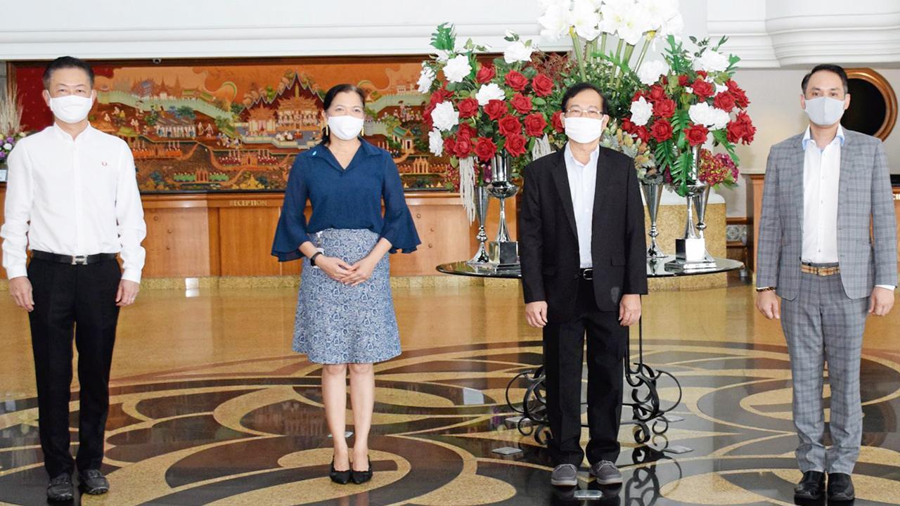 ดูแลกัน นพ.วิศิษฏ์ ตั้งนภากร เปิดโครงการนำร่องดูแลสุขภาพผู้สูงอายุและบุคคลทั่วไปทั้งคนไทย และต่างชาติ เพื่อป้องกันไวรัสโควิด-19 โดยมี เสาวภา จงกิตติพงศ์, รศ.นพ.ชาญวิทย์ โคธีรานุรักษ์ และ มณเฑียร ตันตกิตติ์ มาร่วมงานด้วย ที่โรงแรมมณเฑียร ริเวอร์ไซด์ วันก่อน.