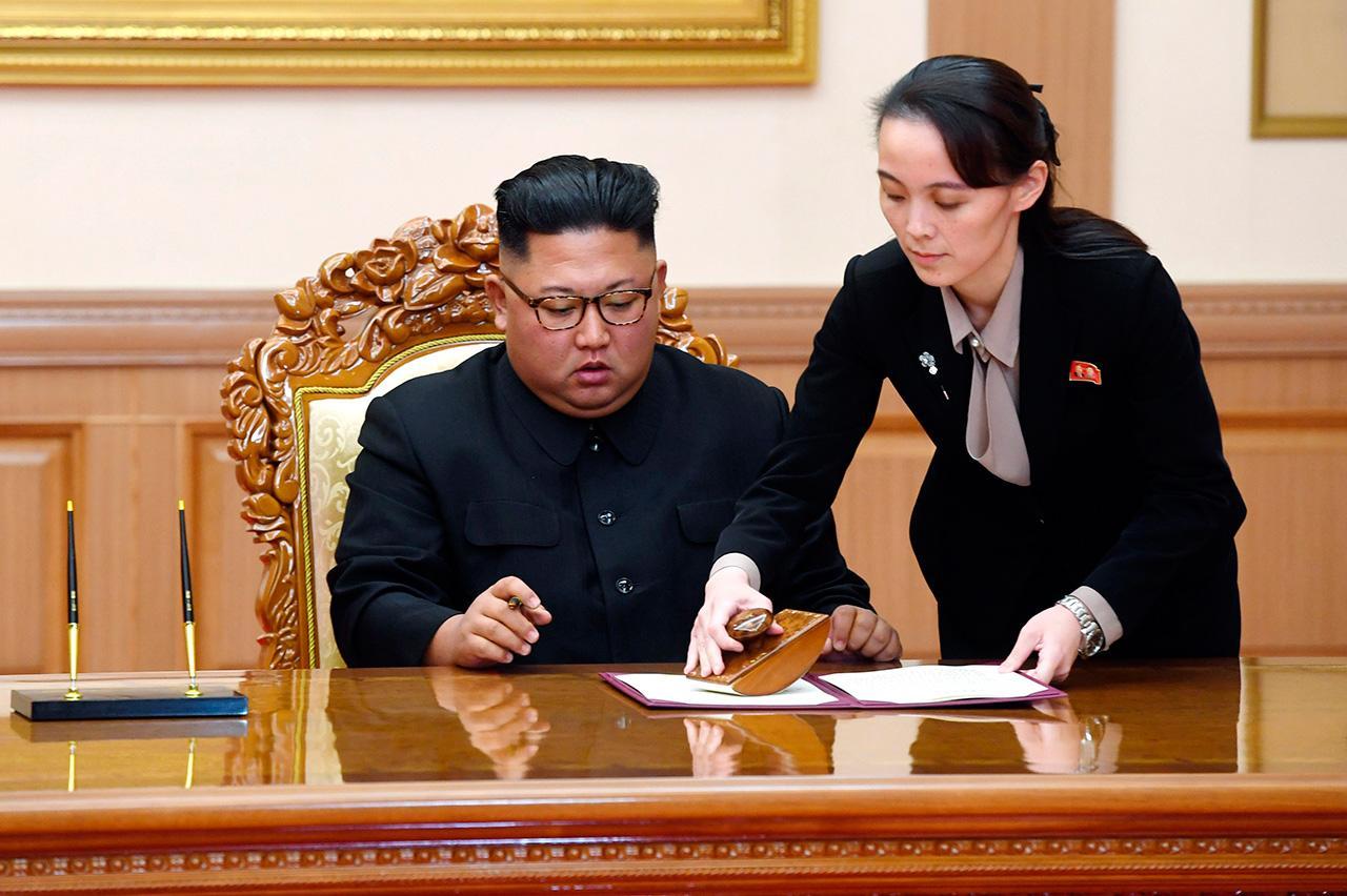 ทายาทอำนาจ?–น.ส.คิม โย-จอง น้องสาวผู้ทรงอิทธิพลของคิม จอง–อึน ผู้นำเกาหลีเหนือ ช่วยเตรียมเอกสารให้พี่ชาย ระหว่างการลงนามแถลงการณ์ร่วม หลังการประชุมสุดยอดกับประธานาธิบดีมูน แจ–อิน แห่งเกาหลีใต้ ที่เรือนรับรองอาคันตุกะแพ็ควาวอน ในกรุงเปียงยาง เมื่อ 19 ก.ย.2561 (เอพี)