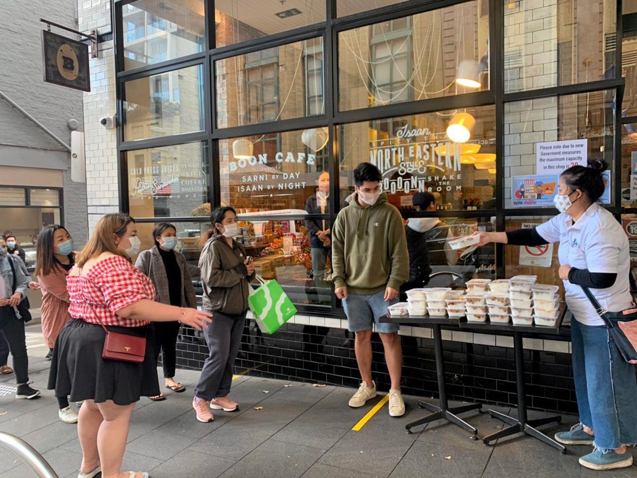 บริษัทท่องเที่ยว อินทูออส ทัวร์ ร่วมกับ Good day study แจกอาหารให้นักเรียนไทยซึ่งได้รับผลกระทบจากโควิด-19 ระบาด ที่หน้าร้านเจริญชัย ซิดนีย์.