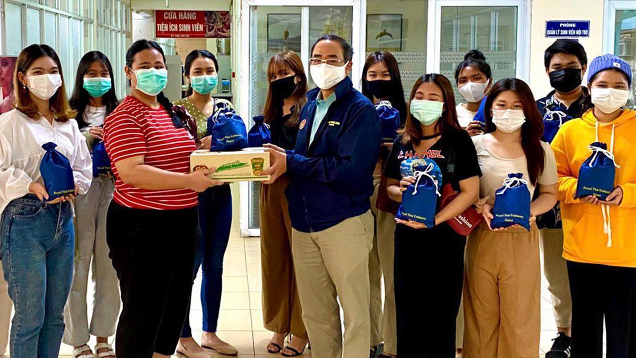 ห่วงใย  -  ธานี แสงรัตน์ ออท. ณ กรุงฮานอย ประเทศเวียดนาม นำที่ปรึกษา นำคณะไปเยี่ยมดูความเป็นอยู่ของนักศึกษาไทย ที่ ม.ฮานอย พร้อมมอบถุงยังชีพ พร้อมเจลแอลกอฮอล์ ถุงมือ และหน้ากากอนามัย เพื่อป้องกันโควิด-19.