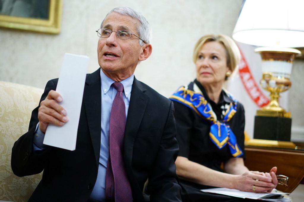 ดร.แอนโทนี เฟาชี ผู้อำนวยการสถาบันโรคภูมิแพ้และโรคติดต่อแห่งชาติของสหรัฐฯ (ซ้าย) และเดโบราห์ เบิร์ก ผู้ประสานงานกองภารกิจโคโรนาไวรัสประจำทำเนียบขาว