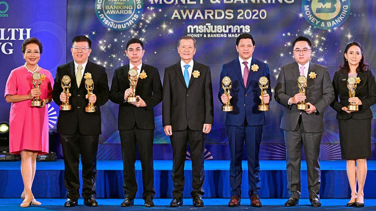 ภูมิใจ  -  สันติ วิริยะรังสฤษฎ์ มอบรางวัลเกียรติยศ MONEY & BANKING AWARDS 2020 ในงานมหกรรมการเงิน Money Expo 2020 ให้แก่ พิตราภรณ์ บุณยรัตพันธุ์, ชัยยศ ตันพิสุทธิ์, ฉัตรชัย ศิริไล, วิทัย รัตนากร, อิสระ วงศ์รุ่ง และ อรรัตน์ ชุติมิต ที่ไบเทค บางนา วันก่อน.