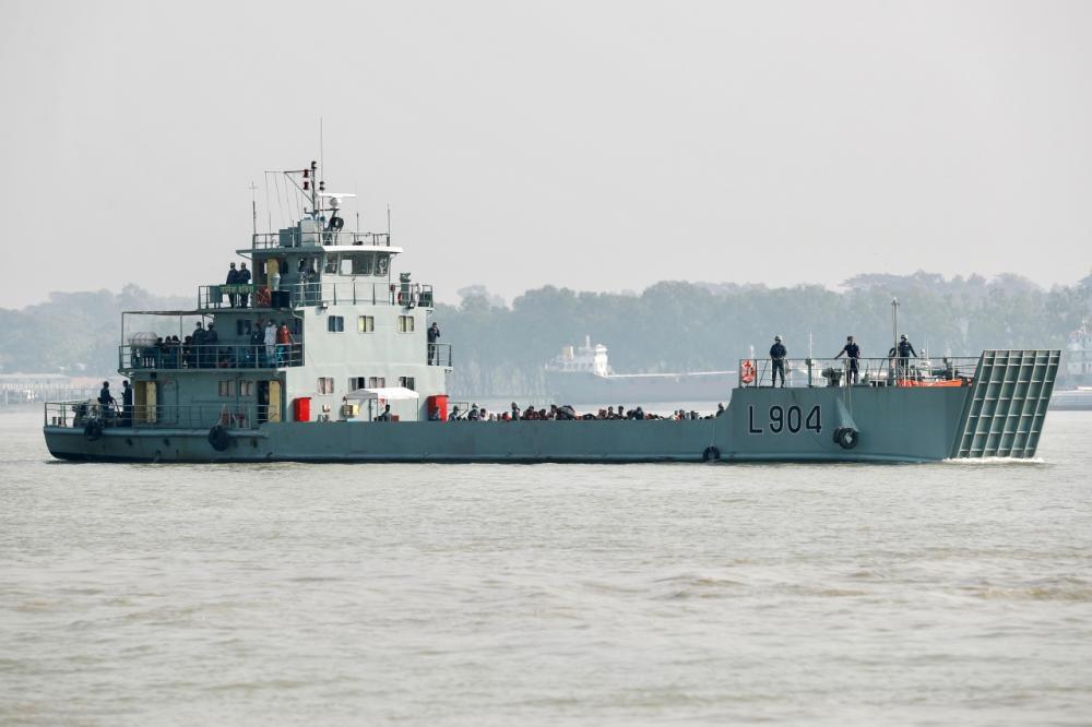 เรือกองทัพเรือบังกลาเทศนำผู้ลี้ภัยชาวโรฮีนจาไปอยู่บนเกาะห่างไกล พาซาน ชาร์ ในอ่าวเบงกอล