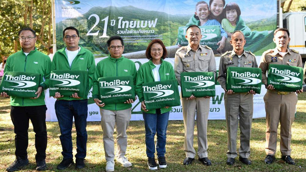 """หายหนาว  -  กฤษณ์ คงเมือง ผวจ.เพชรบูรณ์ รับมอบผ้าห่มผืนเขียวรักษ์โลกจำนวน 15,000 ผืน จาก ธารทิพย์ ศิรินุพงศ์ ผู้แทนบริษัทไทยเบฟเวอเรจ ในโครงการ """"ไทยเบฟ...รวมใจต้านภัยหนาว"""" เพื่อ นำไปให้ชาวบ้านประสบภัยหนาว 11 อำเภอ ที่ ร.ร.บ้านห้วยน้ำขาว อ.เขาค้อ จ.เพชรบูรณ์ วันก่อน."""