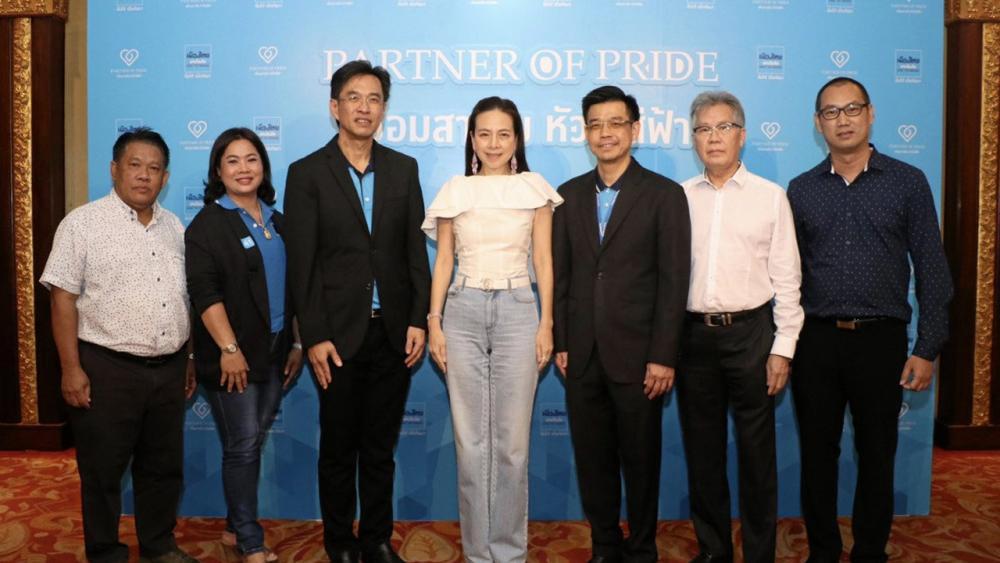 """เชื่อคุณแป้ง - นวลพรรณ ล่ำซำ จัดงาน Partner of Pride """"เชื่อมสายใย หัวใจสีฟ้า"""" เปิด เวทีเผยกลยุทธ์แนวทางการดำเนินธุรกิจสำหรับช่องทางตัวแทนเมืองไทยประกันภัย ดันยอดขายปี 2564 โดยมี วาสิต ล่ำซำ และ สุรัตน์ ศรีสมบุญกุล มาร่วมงานด้วย ที่ รร.ดิ เอมเมอรัลด์ วันก่อน."""