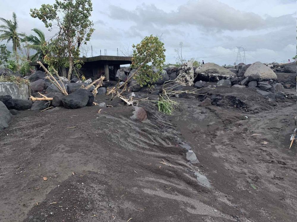 ดินโคลนและหินจากภูเขาไฟ มายอน ไหลลงมาทับบ้านเรือนจำนวนมาก ในเมืองกีโนบาตัน จังหวัดอัลเบย์