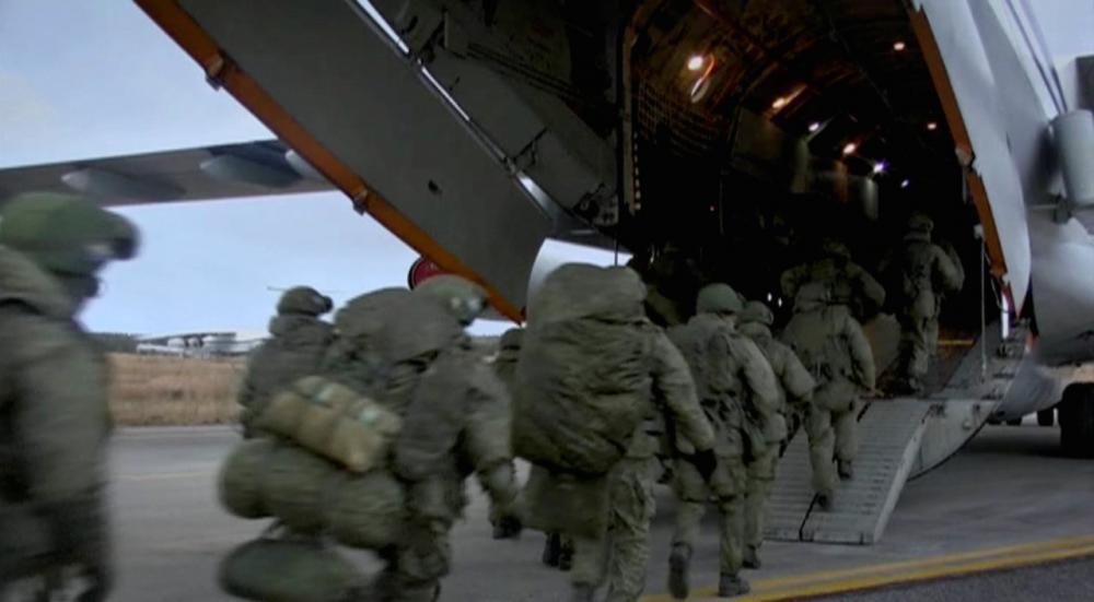 ทหารรัสเซียขึ้นเครื่องบินเพื่อเดินทางไปยังภูมิภาคนากอร์โน-คาราบัค