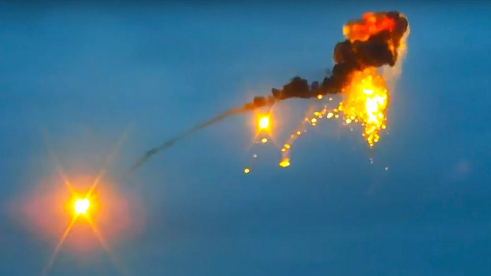 ภาพจากคลิปวิดีโอเผยแพร่โดยกระทรวงกลาโหม อาร์เมเนีย แสดงให้เห็นอวกาศยานไร้คนขับ หรือโดรนของฝ่ายอาเซอร์ไบจาน ถูกจรวดต่อต้านอากาศยานยิงตก เหนือพื้นที่การสู้รบในเขตพิพาทนากอร์โน-คาราบัคท์ ขณะที่ฝรั่งเศส รัสเซีย สหรัฐฯ เรียกร้องให้ทุกฝ่ายหยุดยิงเมื่อ 2 ต.ค. (เอพี)
