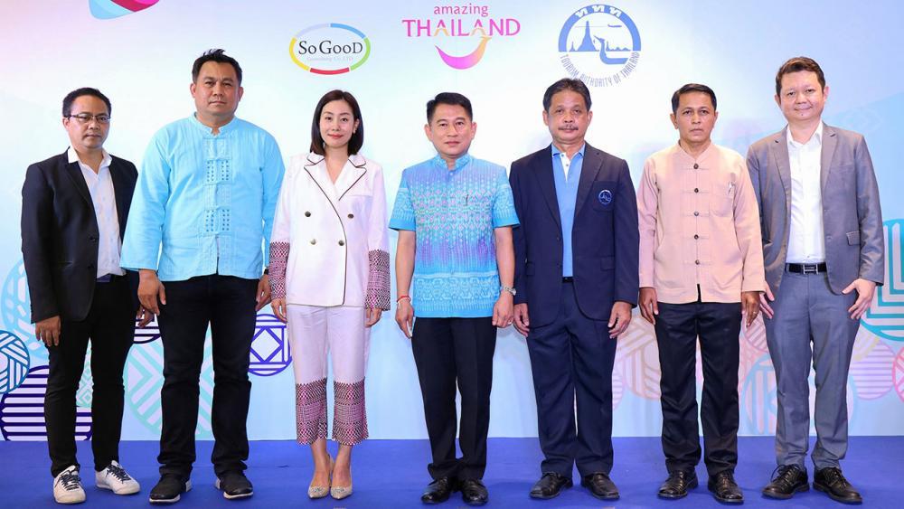 """ของชุมชน  -  ณัฐภัทร สุวรรณประทีป ผวจ.สุพรรณบุรี เปิดงาน """"ตลาดรวมใจไทยรอด"""" เพื่อสนับสนุนสินค้าชุมชนฝีมือคนไทยและส่งเสริมการท่องเที่ยว โดยมี อลิซาเบท วงศ์วาสิน, ณัฐปคัลภ์ อัครวิชญ์ และ ญาณพัฒน์ โพธิ์ถาวร มาร่วมงานด้วย ที่โรบินสัน สุพรรณบุรี วันก่อน."""