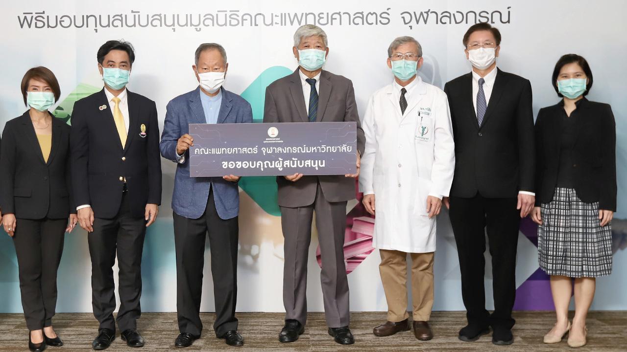 สมทบทุน  -  ศ.นพ.พินิจ กุลละวณิชย์ ประธานกรรมการมูลนิธิคณะแพทยศาสตร์ จุฬาลงกรณ์รับมอบเงินจำนวน 2,500,000 บาท จาก ชัย โสภณพนิช ประธานมูลนิธิโรงพยาบาลบำรุงราษฎร์ เพื่อสมทบทุนมูลนิธิคณะแพทยศาสตร์ จุฬาลงกรณ์ ที่โรงพยาบาลบำรุงราษฎร์ วันก่อน.