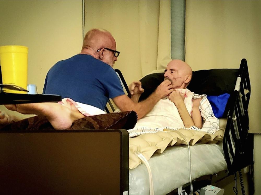 ภาพเมื่อ 8 ส.ค. 2563 นายบราวน์นอนรักษาตัวอยู่ที่บ้านในเมือง ปาล์ม สปริงส์ รัฐแคลิฟอร์เนีย