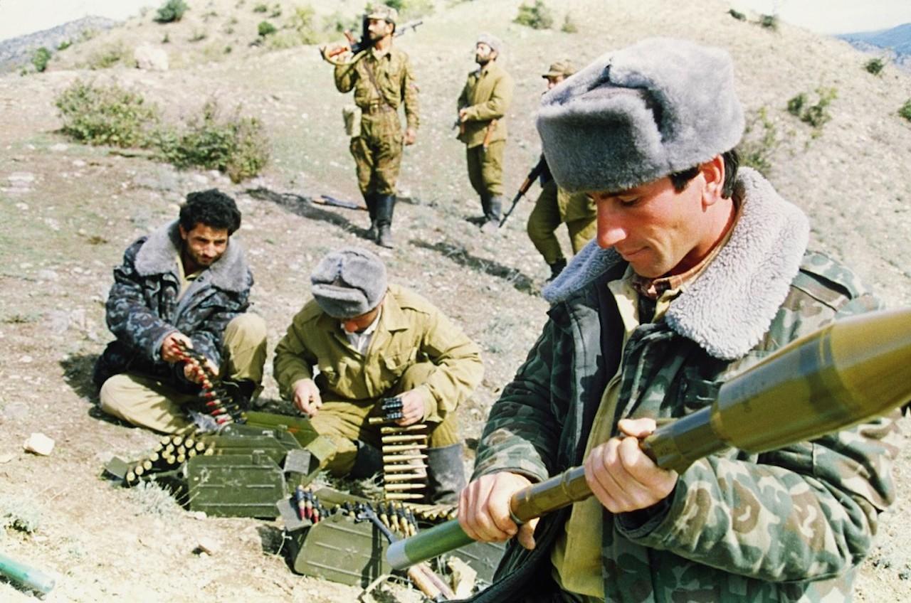 ทหารอาเซอร์ไบจานเติมกระสุนระหว่างการต่อสู้ใกล้กับหมู่บ้าน กูลาแบร์ด ทางใต้ของ นากอร์โน-คาราบัค เมื่อ 18 ต.ค. 1992