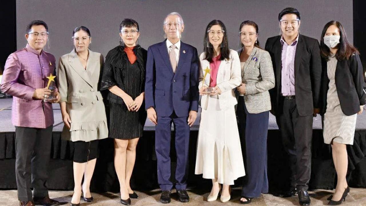 เชื่อถือได้ - พิพัฒน์ รัชกิจประการ รมว.กก. มอบรางวัล THAILAND HOTEL STANDARD รับรองมาตรฐานโรงแรมประเภท MICE ให้แก่ ดร.จุฑามาศ อรุณานนท์ชัย ผู้บริหาร รร.เฮอริเทจ จ.เชียงราย โดยมี มาริสา สุโกศล หนุนภักดี มาร่วมงานด้วย ที่ รร.แกรนด์ เมอร์เคียว ฟอร์จูน วันก่อน.