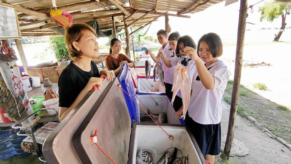 นักเรียนที่เข้าร่วมโครงการฯสอบถามถึงราคาปลาที่แม่ค้านำมาวางขาย เป็นประสบการณ์นอกห้องเรียน เพื่อให้เกิดกระบวนการเรียนรู้และนำไปต่อยอด.