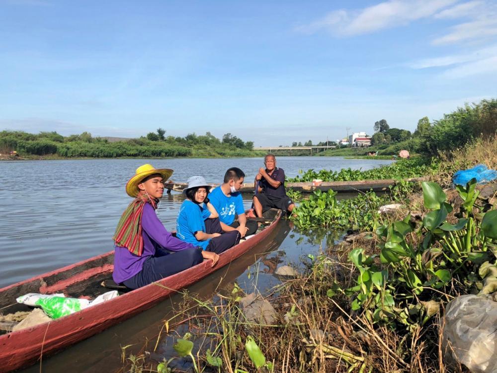 ครูพานักเรียนนั่งเรือพายของชาวบ้านดูวิธีการจับปลาจริงๆ รวมทั้งนำปลาเล็กปลาน้อยที่ชาวบ้านไม่ต้องการไปแปรรูปขายทางออนไลน์.