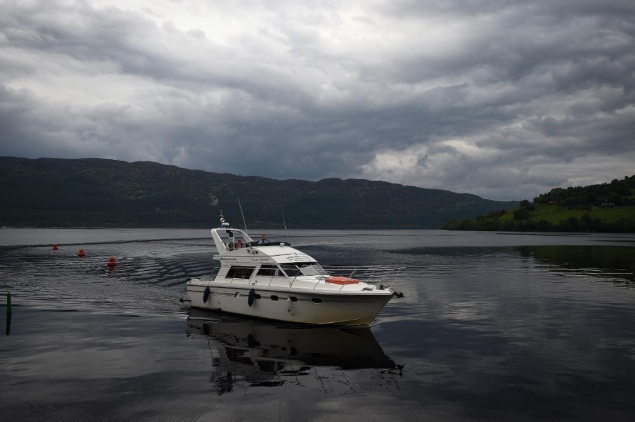 เรือ 'ฮันเตอร์ เนสซี'  ซึ่งเป็นเรือนำเที่ยวตามล่าหาสัตว์ประหลาดล็อกเนสส์ หรือเนสซี ในทะเลสาบที่สกอตแลนด์