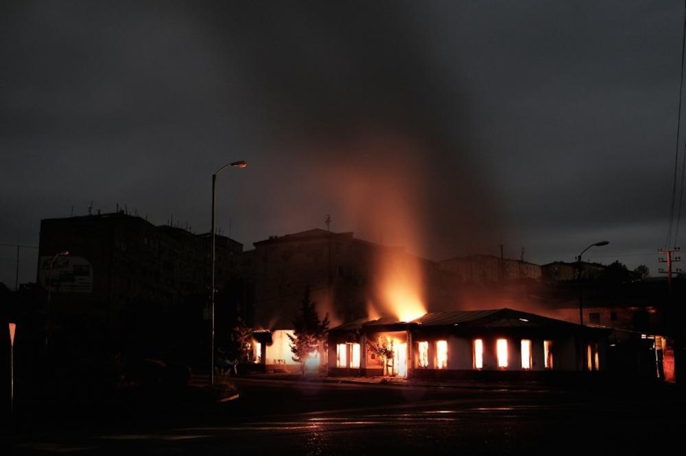 อาคารในเมืองสเตพานาแกร์ต ถูกโจมตีจนไฟลุกไหม้
