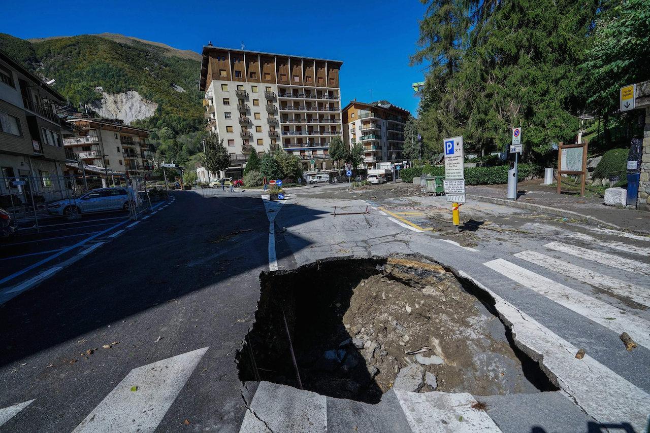 ถนนในเมืองลิโมเน ปิเอมอนเต ของอิตาลี ได้รับความเสียหาย