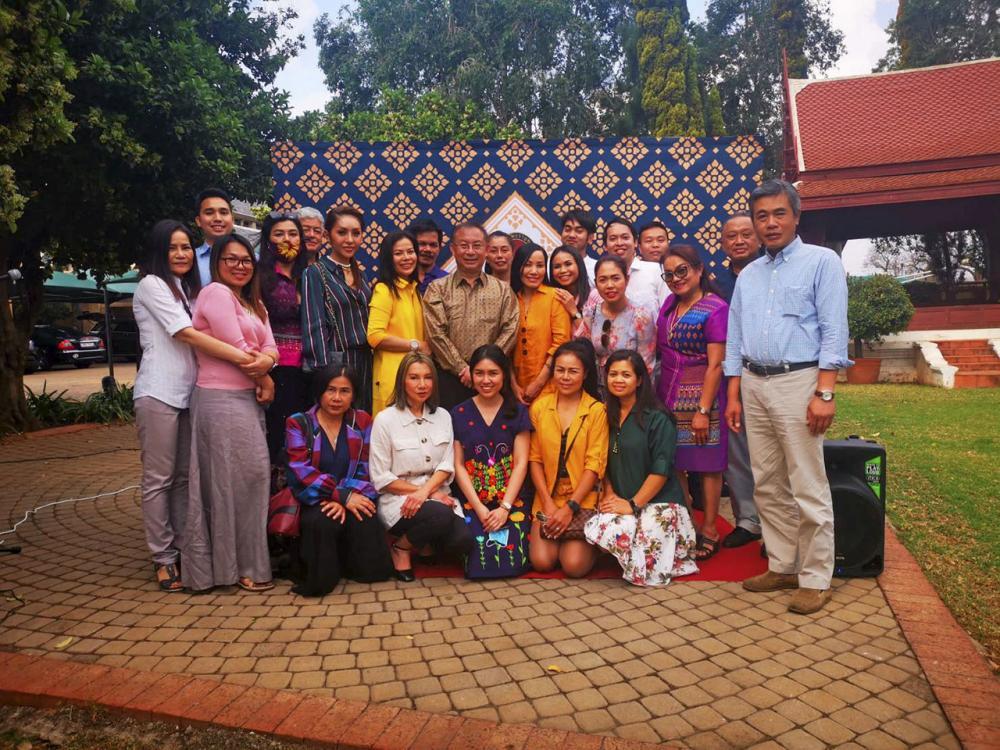 ร่วมอำลา วรรษมน วัฒวโรดม พร้อมด้วยชุมชนไทยในนครโจฮัน-เนสเบิร์ก แอฟริกาใต้ ร่วมเป็นเจ้าภาพจัดเลี้ยงขอบคุณและอำลาตำแหน่ง ร.ท.โกเมศ กมลนาวิน รน. ออท. ณ กรุงพริทอเรีย ในโอกาสเกษียณอายุ กลับไทย.