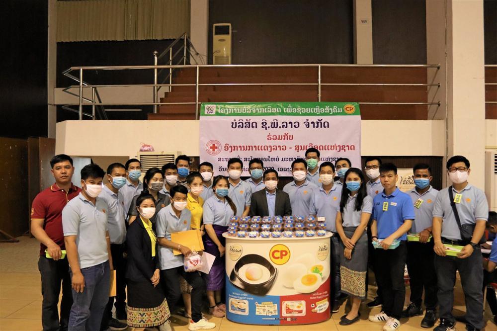 บริจาคโลหิต ดร.จันทะลา สุขสาคอน หัวหน้ากาชาดลาว รับมอบผลิตภัณฑ์ไข่ไก่สด เพื่อแจกแก่ผู้ที่ไปบริจาคโลหิต จาก ทำนอง พลมาก กก.ผจก.บริษัท ซี.พี.ลาว จำกัด ที่นำคณะผู้บริหารและพนักงานไปร่วมบริจาคโลหิตด้วย ที่มหาวิทยาลัยแห่งชาติลาว นครหลวงเวียงจันทน์.
