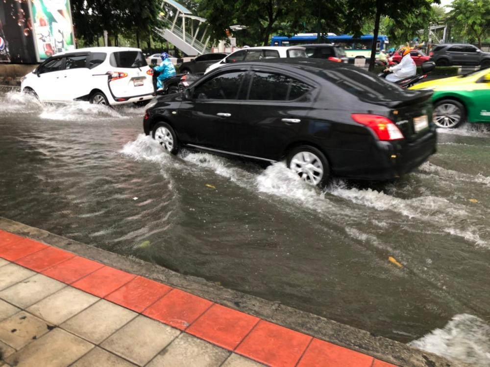 ถนนพหลโยธิน ฝั่งตรงข้ามสวนจตุจักร น้ำท่วมขังใน 2 ช่องจราจรซ้ายสุด