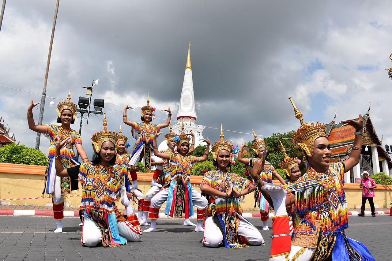 การรำมโนราห์ซึ่งเป็นหนึ่งในชุดการแสดงพื้นบ้านของชาวภาคใต้ ที่นักท่องเที่ยวจะได้ชมภายในงานประเพณีเทศกาลเดือนสิบ.