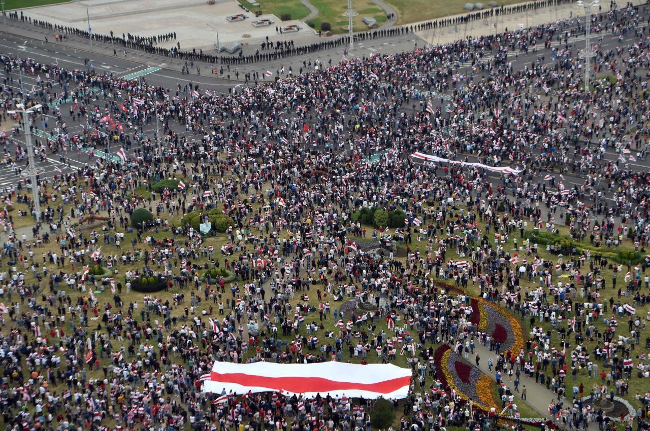 ผู้ประท้วงต่อต้านรัฐบาลลูคาเชนโกเมื่อวันอาทิตย์ (23 ส.ค.) ที่คาดว่าอาจมีผู้เข้าร่วมถึง 200,000 คน