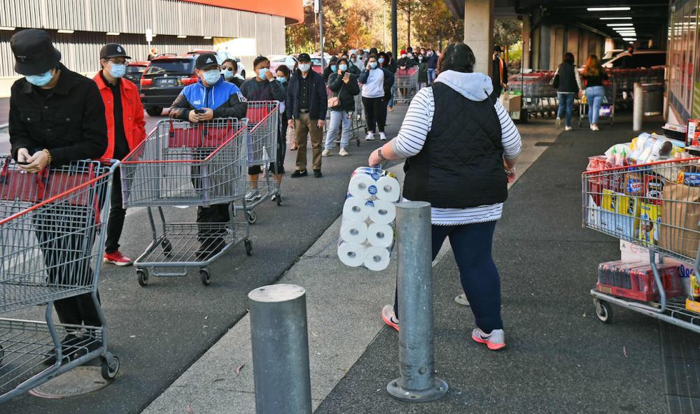 ชาวเมืองเมลเบิร์นเข้าคิวเพื่อรอซื้อของใช้ หลังรัฐบาลประกาศเคอร์ฟิว