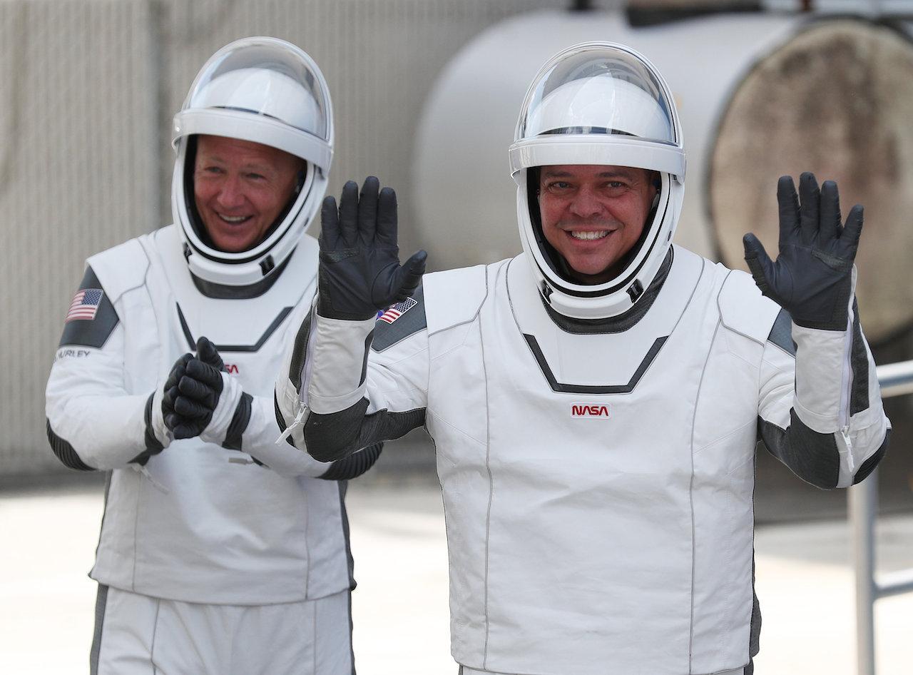 นักบินอวกาศ บ็อบ เบห์นเคน กับ ดักลาส เฮอร์เลย์ เดินทางไปยังสถานีอวกาศนานาชาติ ด้วยแคปซูลดราก้อน ที่ติดตั้งบนจรวด ฟอลคอน-9 เมื่อ 31 พ.ค. ที่ผ่านมา