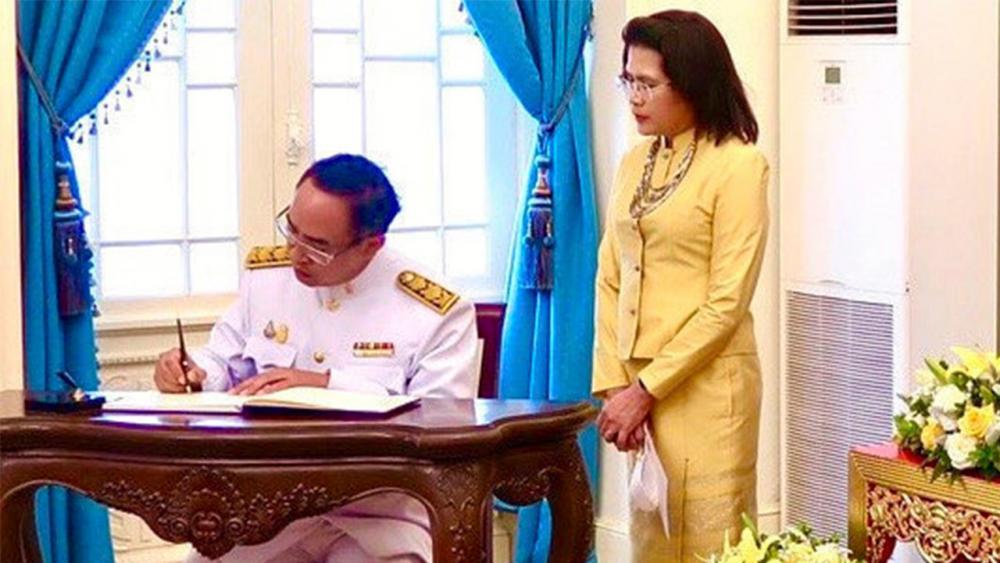 ผองไทย ธานี แสงรัตน์ เอกอัครราชทูต ณ กรุงฮานอย ประเทศเวียดนาม นำข้าราชการและชาวไทย ร่วมลงนามถวายพระพรชัยมงคล พระบาทสมเด็จ พระเจ้าอยู่หัว เนื่องในวันเฉลิมพระชนมพรรษา ที่สถานทูตฯ.