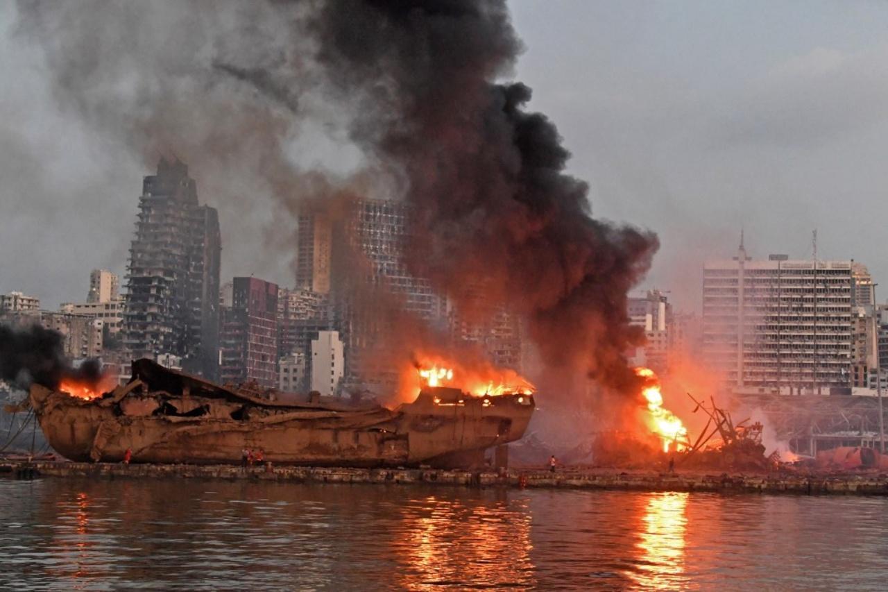 เปลวไฟลุกโชนหลังเกิดเหตุระเบิดที่โกดังเก็บสารแอมโมเนียมไนเตรท ที่ท่าเรือในกรุงเบรุต