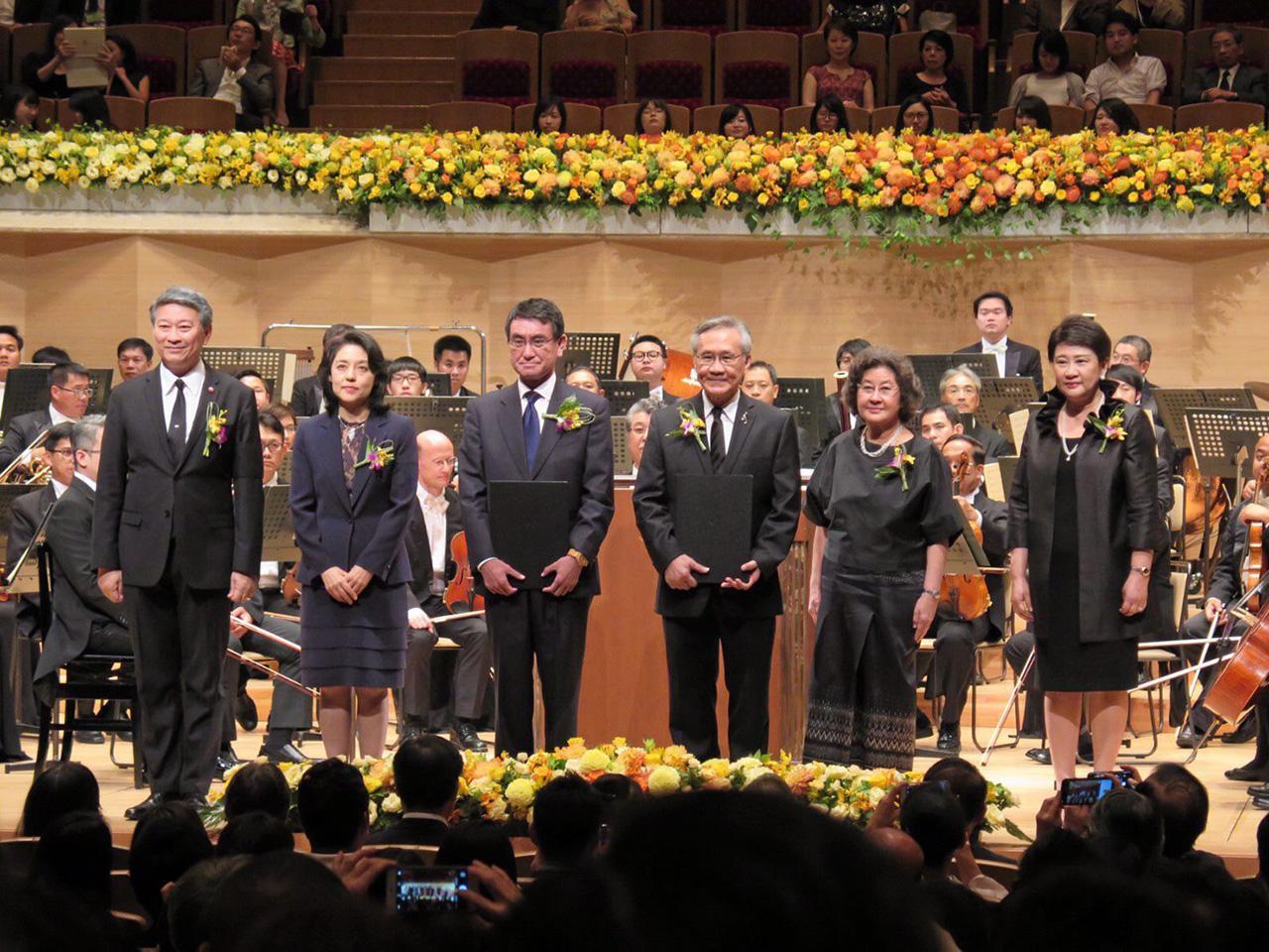 ดอน ปรมัตถ์วินัย รมว.ต่างประเทศ, บรรสาร บุนนาค ทูตไทยประจำกรุงโตเกียว และรัฐมนตรีต่างประเทศญี่ปุ่น ร่วมกันเปิดการแสดง คอนเสิร์ตฉลองความสัมพันธ์ทางการทูตครบ 130 ปี ไทย-ญี่ปุ่น.