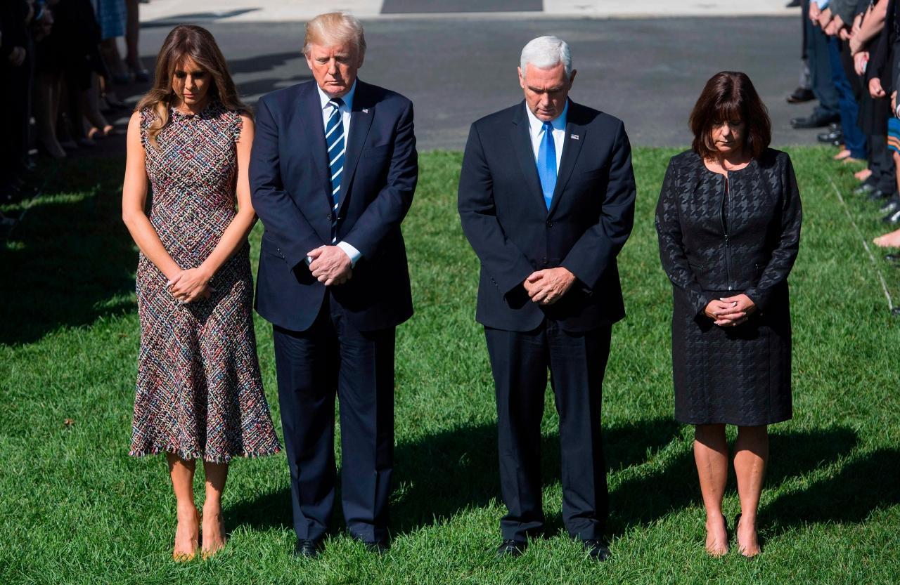 ปธน.โดนัลด์ ทรัมป์ และรองปธน.ไมค์ เพนซ์ แห่งสหรัฐฯ ยืนสงบนิ่งที่ทำเนียขาว ไว้อาลัยผู้เสียชีวิตเหตุกราดยิง ลาสเวกัส