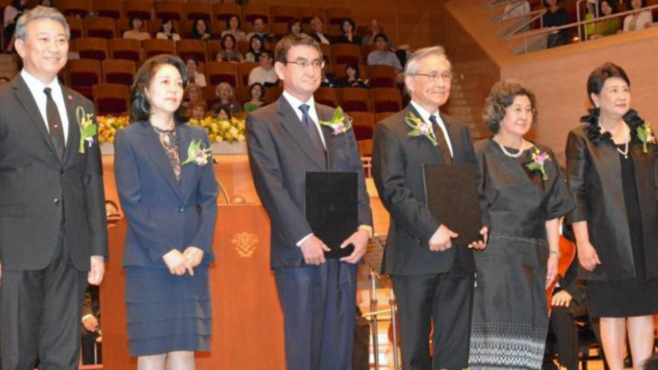 ฉลอง 130 ปี ดอน ปรมัตถ์วินัย รมว.ต่างประเทศ และ ทาโร โคโนะ รมว.ต่างประเทศญี่ปุ่น ร่วมมอบสารนายกรัฐมนตรีทั้ง 2 ประเทศ ในงานคอนเสิร์ต 130 ปีไทย-ญี่ปุ่น มี บรรสาน บุนนาค ออท. ณ กรุงโตเกียว ร่วมพิธี ที่กรุงโตเกียว.