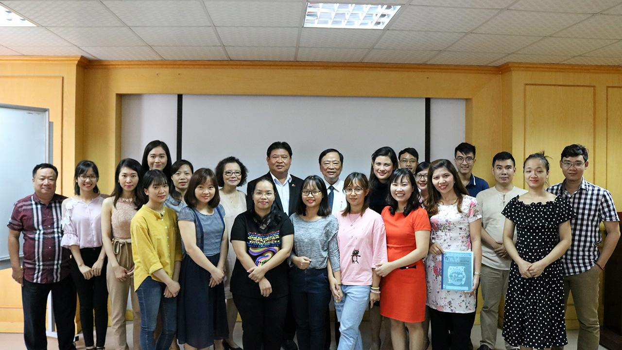 ร่วมมือกัน ไม ด๊ก ล็อค รองประธานสมาคมนักข่าวเวียดนาม ร่วมเปิดอบรมหลักสูตรภาษาไทยแก่ผู้สื่อข่าวเวียดนาม มี วิรัตน์ บัวแย้ม รอง กก.ผจก.ด้านธุรกิจอาหารสัตว์ (ภาคเหนือ) ซีพี เวียดนาม และ สุมนชยา จึงเจริญศิลป์ กก.สมาคมนักข่าวแห่งประเทศไทย ร่วมงาน ที่กรุงฮานอย เวียดนาม.