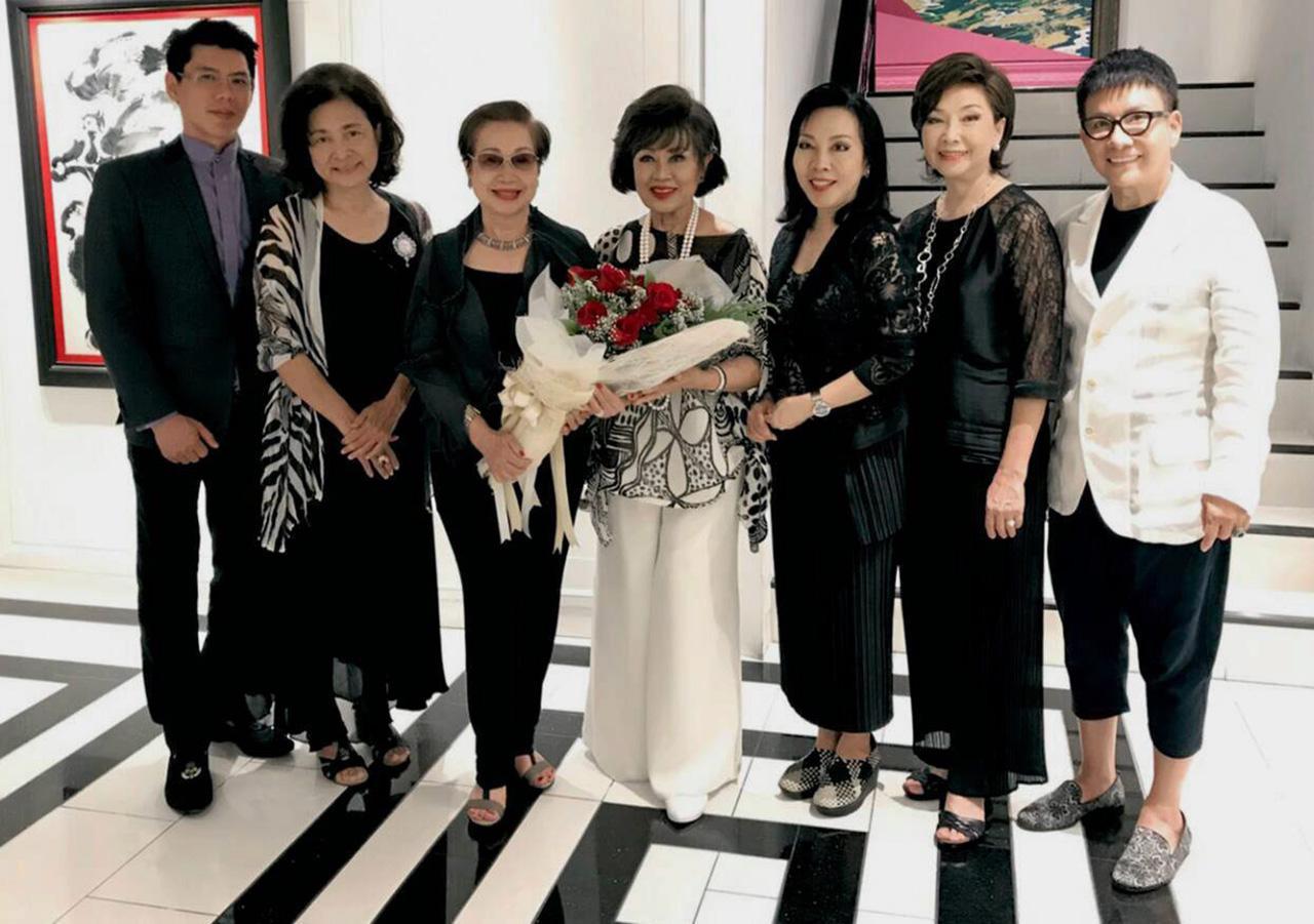 ปลื้ม สุภาพรรณ พิชัยรณรงค์สงคราม จัดงานเลี้ยงแสดงความยินดีให้แก่ วี มาร์ ในโอกาสเข้ารับตำแหน่งที่ปรึกษาด้านการตลาดไทยแลนด์ แทตเลอร์ โดยมี รุจิตร สุธนะเสรีพร, ดร.สมศักดิ์ ชลาชล, สุวลักษณ์ มหันตคุณ และ พรรณิภา ปวนะฤทธิ์ มาร่วมงานด้วย ที่ริว่า อรุณ วันก่อน.