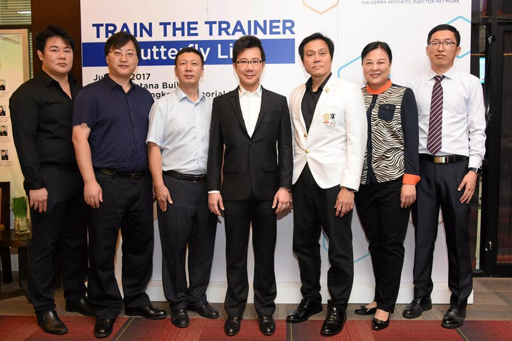 """รู้จริง รศ.นพ.ธันวา ตันสถิตย์ และ นพ.พุฒิพงศ์ ภูมิสุวรรณ จัดประชุมวิชาการ """"Train the trainer-Butterfly lift"""" เพื่ออัพเดตเทคนิคการฉีดฟิลเลอร์ให้แก่คณะแพทย์จากสาธารณรัฐประชาชนจีน โดยมี ภก.พิรพัฒน์ ศรีวัฒนวงศ์ มาร่วมประชุมด้วย ที่โรงพยาบาลจุฬาลงกรณ์ วันก่อน."""