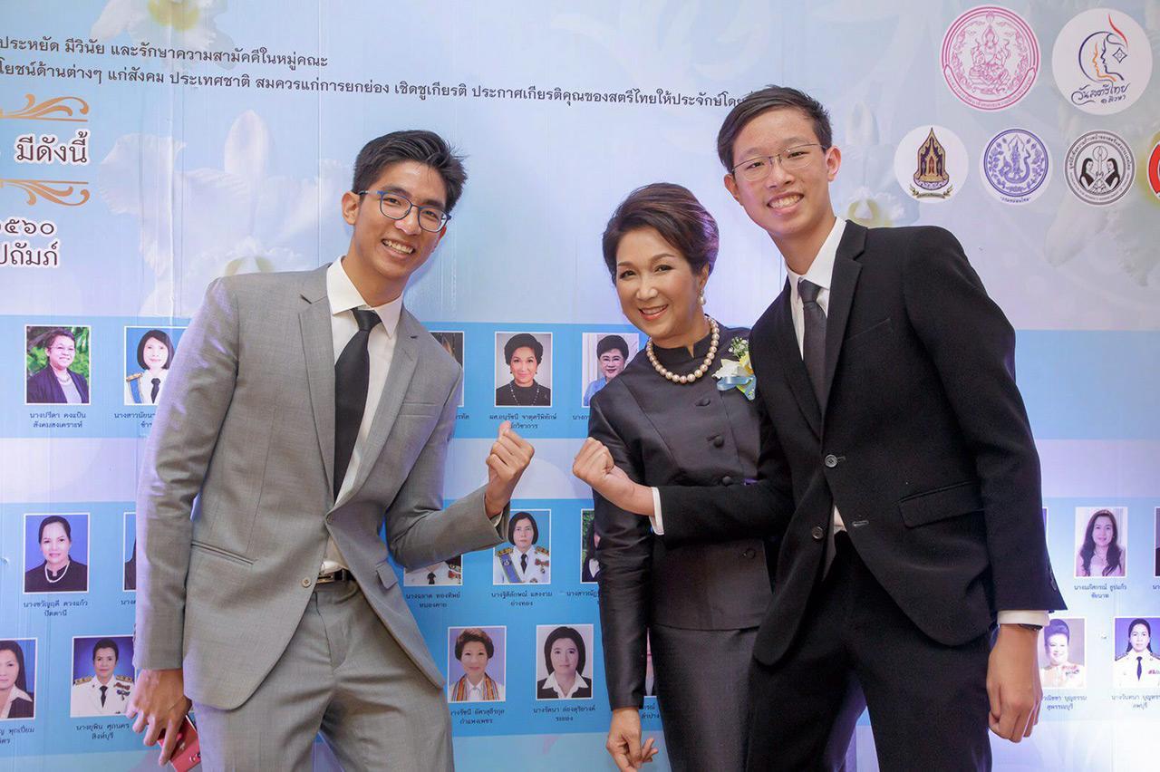 ณพล-ฉัตร จาตุศรีพิทักษ์ มาให้กำลังใจ คุณแม่ ผศ.อนุรัชนี จาตุศรีพิทักษ์ ที่ได้รับยกย่องเป็นสตรีไทยดีเด่นปีนี้ด้วย.